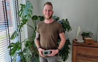 Evert Jan houdt de Inreda Kunstmatige Alvleesklier vast